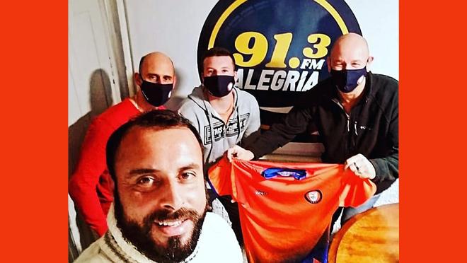 """HOY QUIEN DIRIA""""91.3! ALEGRÍAFM.UY! LOS EMPRESARIOS DUEÑOS DE SALTO FC JOSÉ MURILLO Y CLAUDIO SAPPIO, PRESIDENTE LISANDRO ROSSI PRESENTARON LA CAMISETA DE SALTO FC!"""